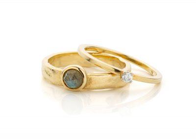 Ringen set met labradoriet en diamant.